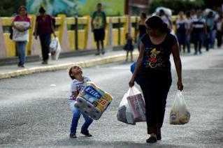 Venezolanos compran del lado colombiano