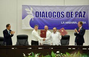 El-Presidente-de-la-República-Juan-Manuel-Santos-Calderón-y-Rodrigo-Londoño-Echeverri-jefe-de-las-Farc2