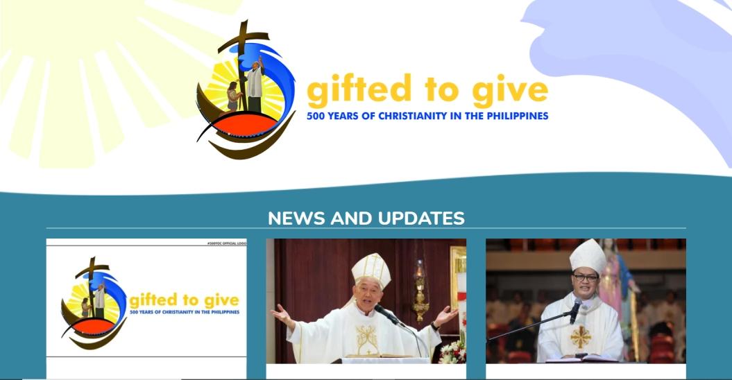 página web conmemorativa, con el logo y dos obispos en misa