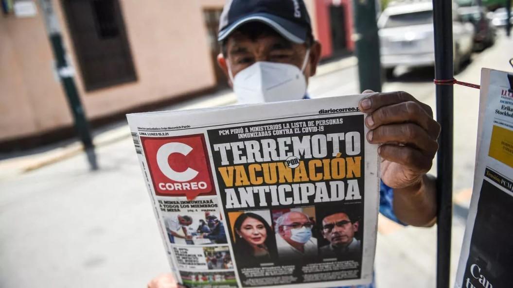 hombre lee en la calle diario peruano