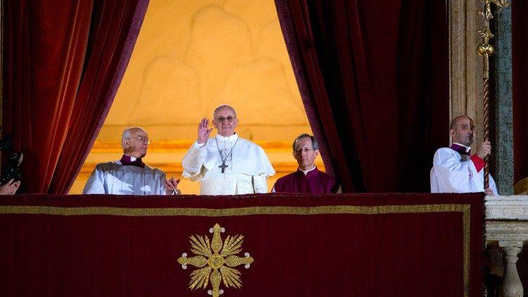 Francisco saluda desde el balcón, en el día de su elección como Papa.