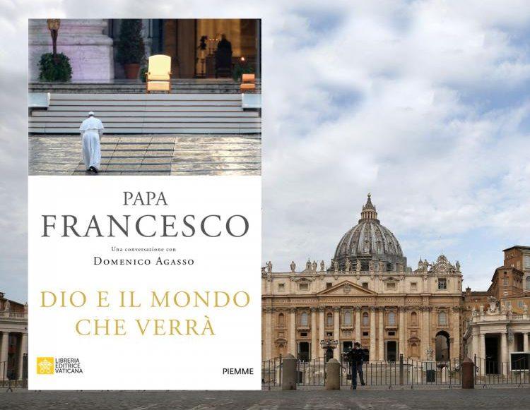 afiche con la carátula del libro en su edición italiana. con el papa subiendo una escalera exterior hacia su silla. al fondo del afiche, la cúpula vaticana.
