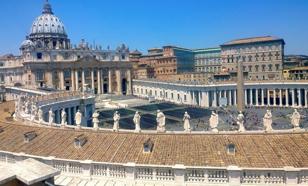 Vista aérea de la Ciudad del Vaticano, al fondo la cúpula de la basílica