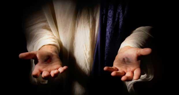 primer plano de las manos de Cristo Resucitado. muestra las palmas hacia arriba, se aprecian las heridas casi sanadas