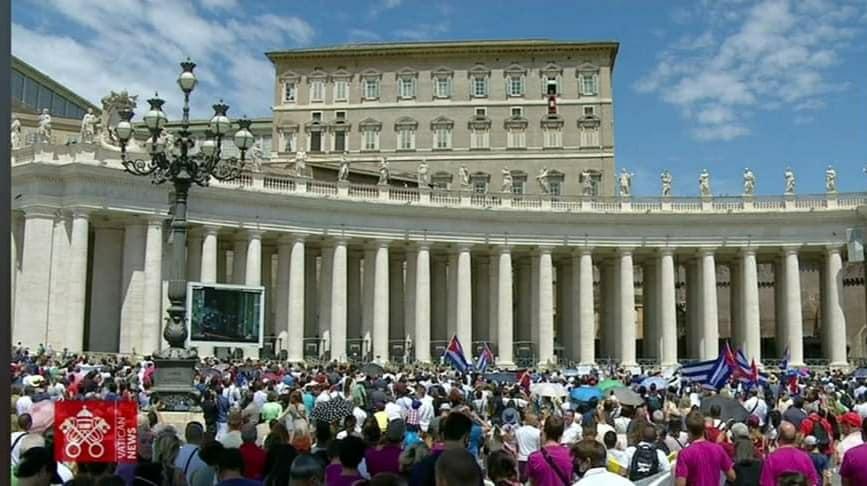 el papa hablando desde el balcon, en plaza san pedro. muchos fieles observan desde abajo, se ven banderas cubanas.