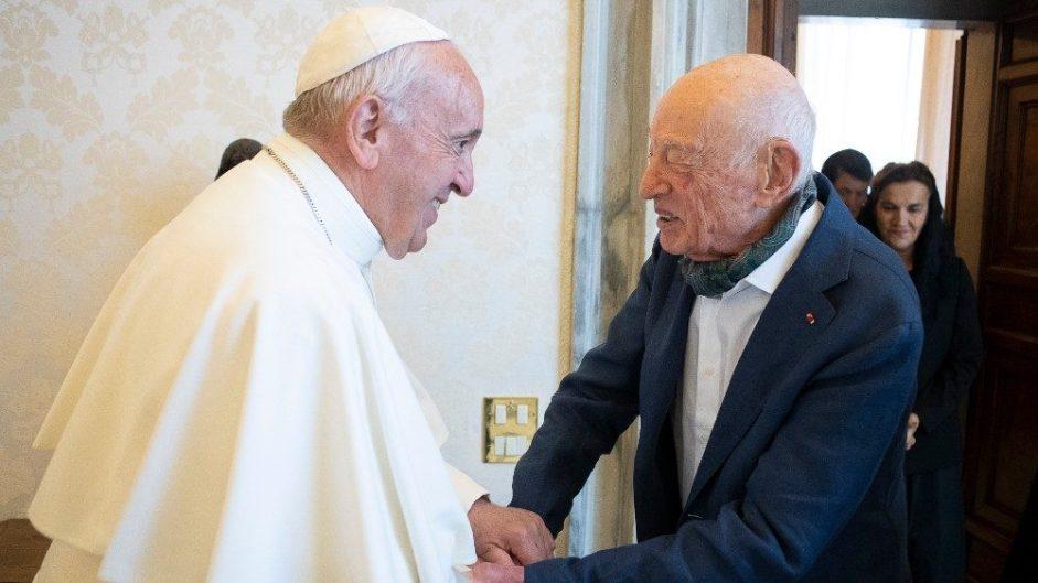 francisco y morin se saludan en el vaticano, los dos sonrien y se toman de las manos