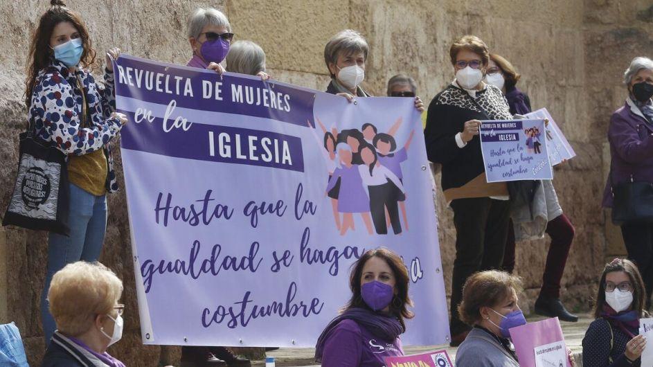 manifestacion de plataforma mujeres cristianas. una docena de mujeres portan carteles que dicen: revuelta de mujeres en la iglesia, hasta que la igualdad se haga costumbre. predomina el color violeta, las mujeres son de varias edades, todas con mascarilla.
