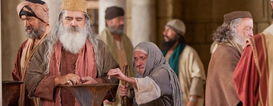 la viuda del evangelio, donando su monedita. es una mujer añosa, chiquita y de bastón. a su alrededor se ven seis varones con sus vestiduras impecables.