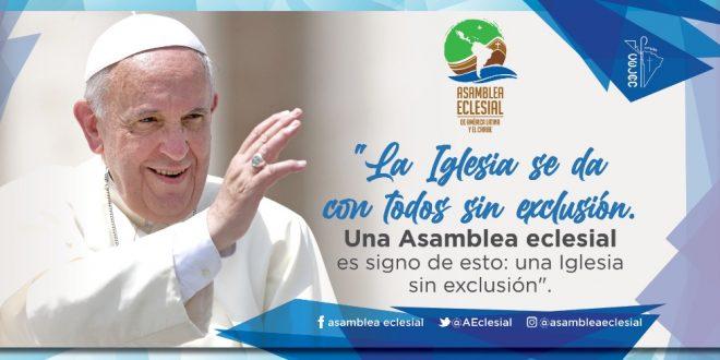 banner de la asamblea. el papa sonriente hace el gesto de la bendicion. el cartel dice: la iglesia se da con todos sin exclusion. una asamblea eclesial es signo de esto: una iglesia sin exclusion.
