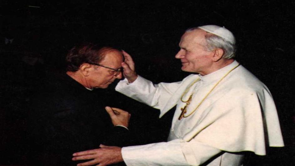 el abusador marcial maciel y el papa juan pablo segundo. woitila sonriente le apoya la mano en la frente.