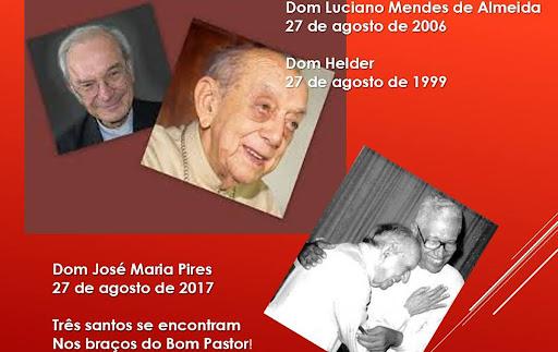 afiche con los tres obispos brasileros homenajeados. estan sus fechas de fallecimiento y la frase: tres santos se encuentran en los brazos del buen pastor, en portugues.