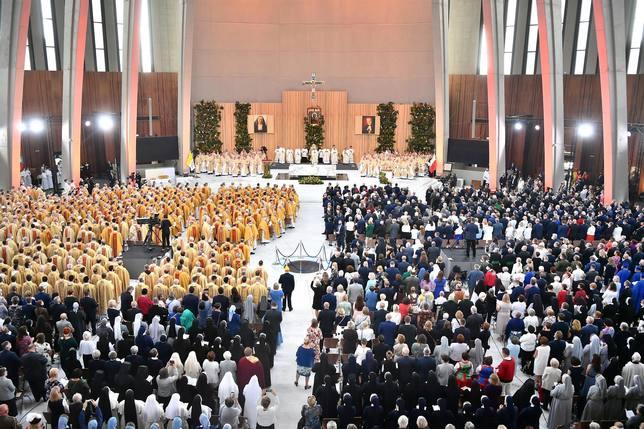 la nave de la catedral repleta de gente, tras el altar las imagenes de los beatificados, madre czacka y Wyszynski