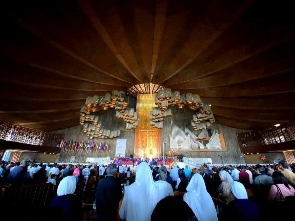 interior de la basilica de guadalupe, durante una celebracion. la perspectiva permite apreciar el gran numero de fieles presentes