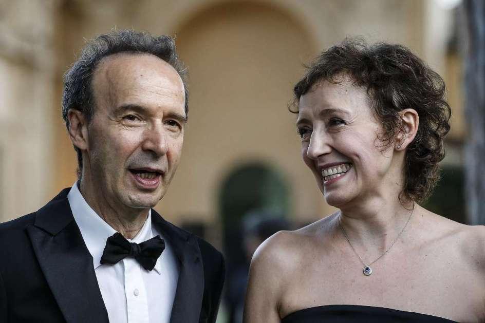 Roberto y su esposa Nicoletta vestidos de gala. Seguramente el dice alguna broma, y ella lo mira con una enorme sonrisa