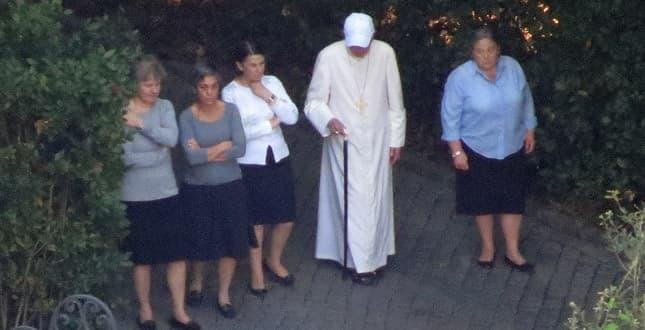 benedicto 16 pasea por el jardin junto a 4 mujeres de memores domini