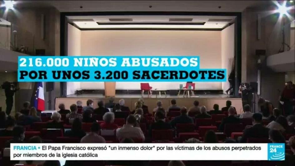 imagen de la television francesa durante la presentacion del informe acerca de los abusos. en una sala mediana la gente, esperando, mira hacia el escenario, que tiene unas sillas vacias. un sobreimpreso dice 216000 niños abusados por unos 3200 sacerdotes.