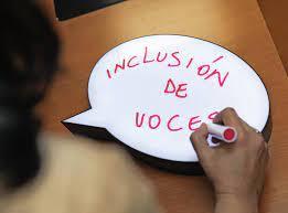 una mujer escribe en un globo de texto de viñeta: inclusion de voces