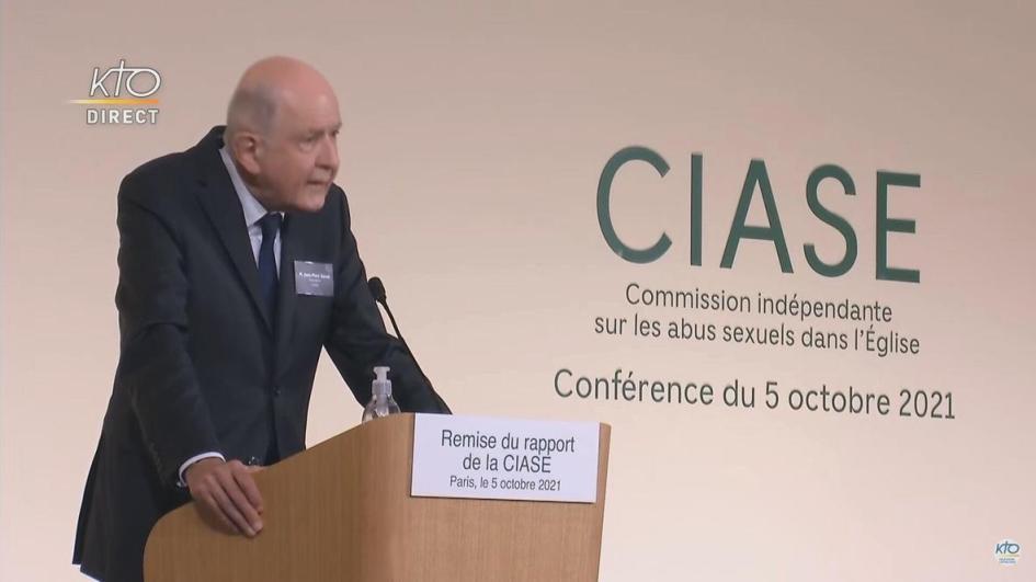 Sauve habla a la prensa durante la presentacion del informe acerca de los abusos. atras se lee, en frances, CIASE comision independiente sobre los abusos sexuales en la iglesia, conferencia del 5 de octubre de 2021