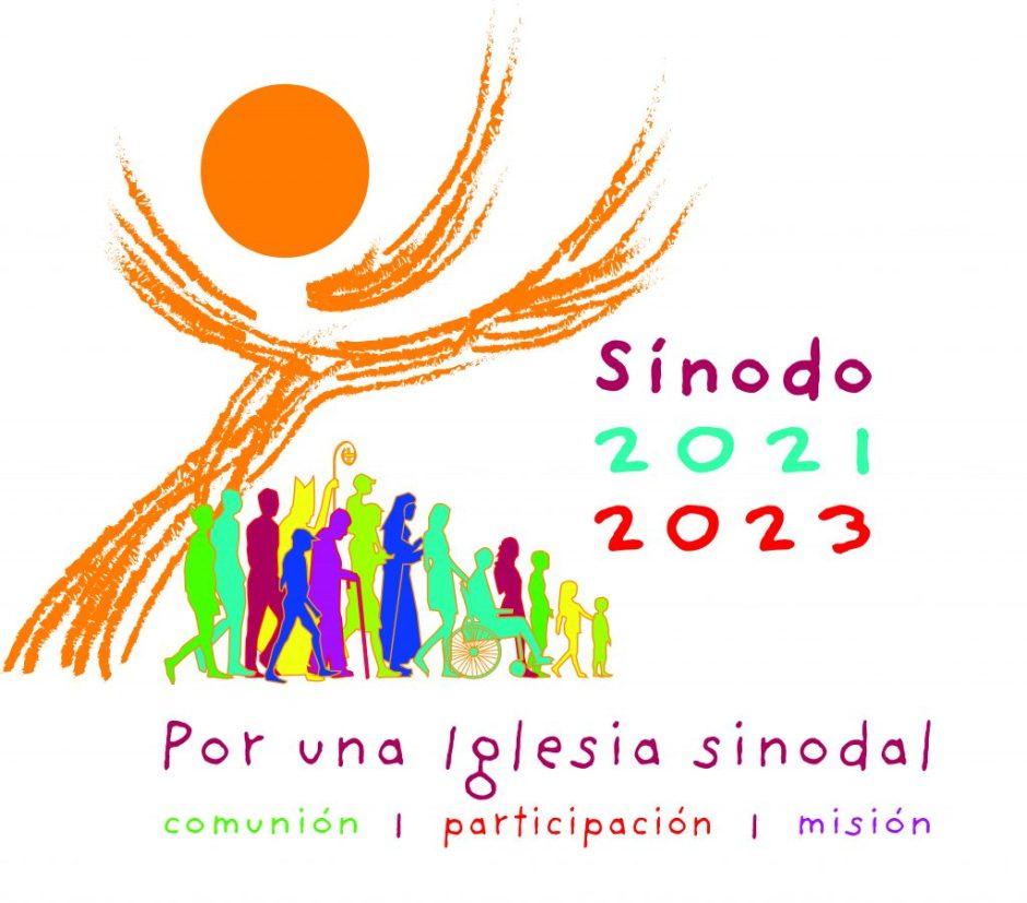 logo del sinodo 2021-2023. se lee por una iglesia sinodal, comunion, participacion, mision. una cruz muy estilizada cubre a siluetas diversas de personas
