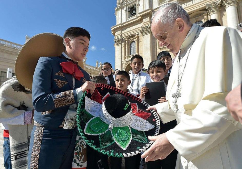 en una visita pasada, recibe francisco de regalo un sombrero tipico mexicano, de manos de un joven